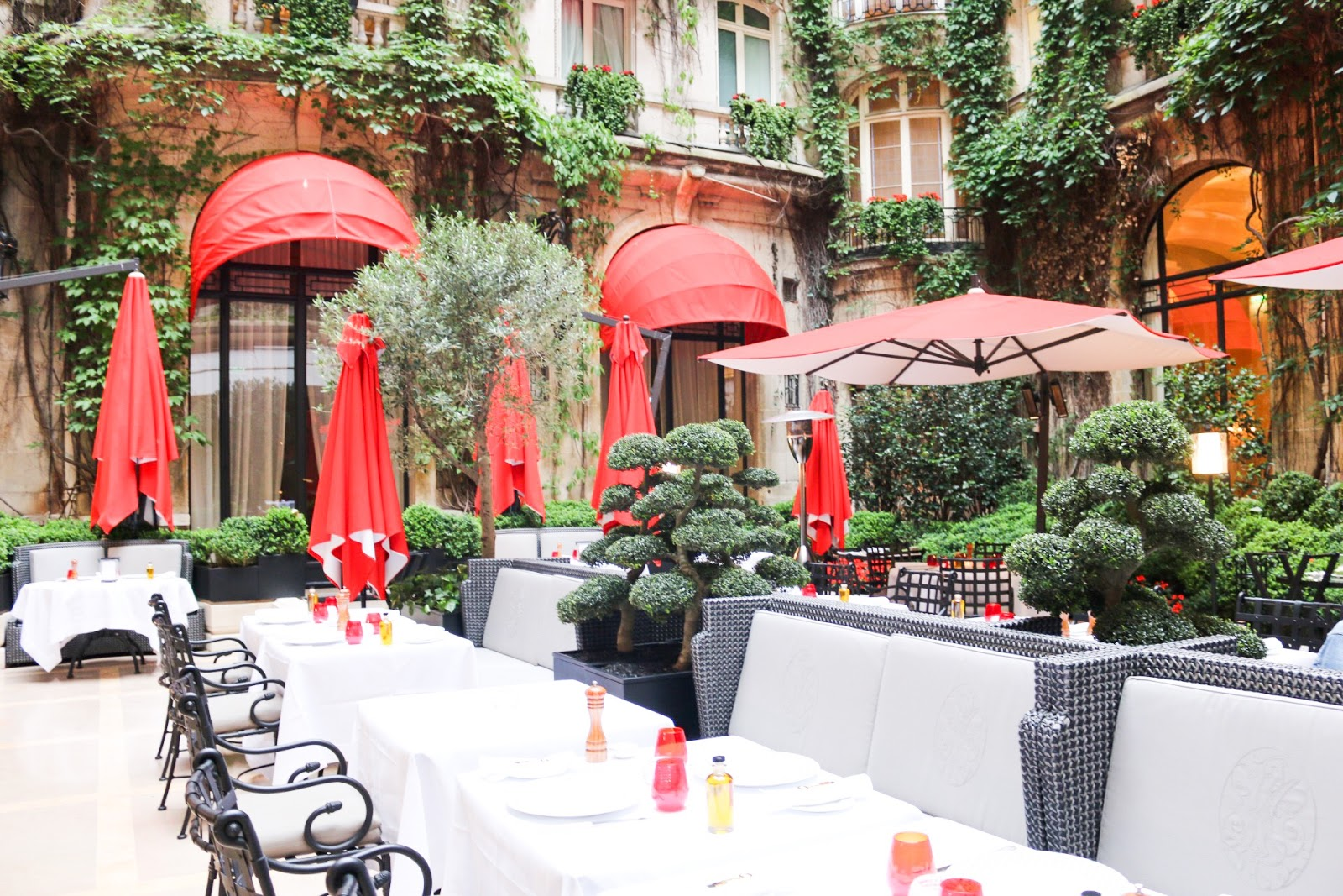 La cour jardin du plaza ath n e eat life with style for Jardin plaza