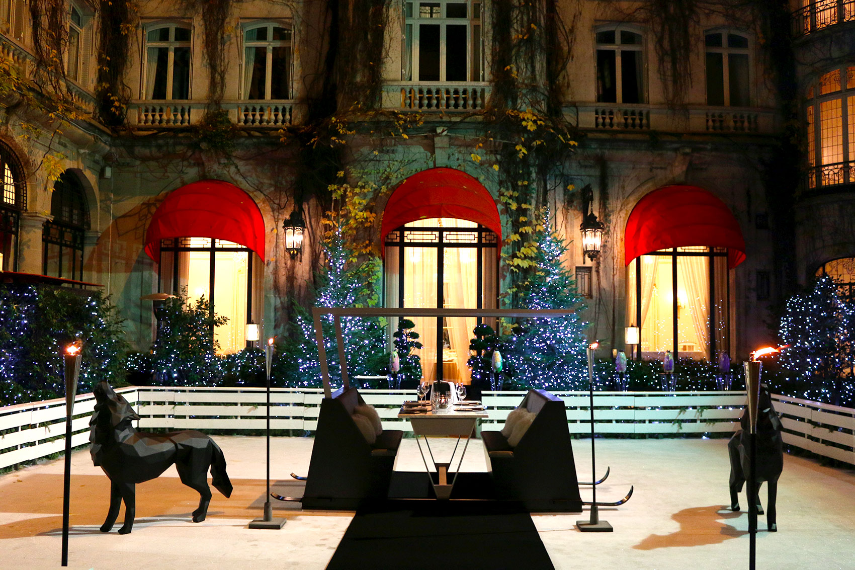 La table tra neau du plaza ath n e eat life with style - La cour jardin plaza athenee ...